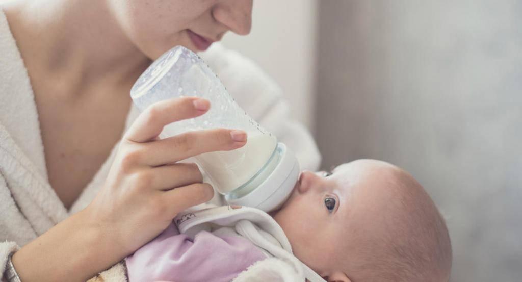 Почему новорожденный ребенок срыгивает после кормления: причины срыгивания у детей