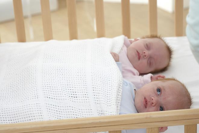 Почему ребенок, младенец спит с приоткрытыми глазами   во сне