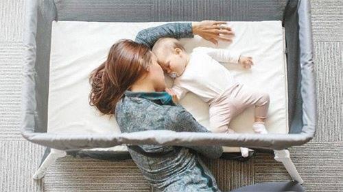 Как отучить грудного ребенка засыпать у мамы на руках?