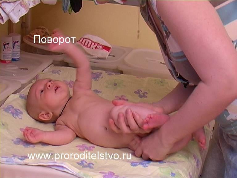 Как научить ребенка переворачиваться с живота на спину – упражнения для грудничка, как помочь малышу