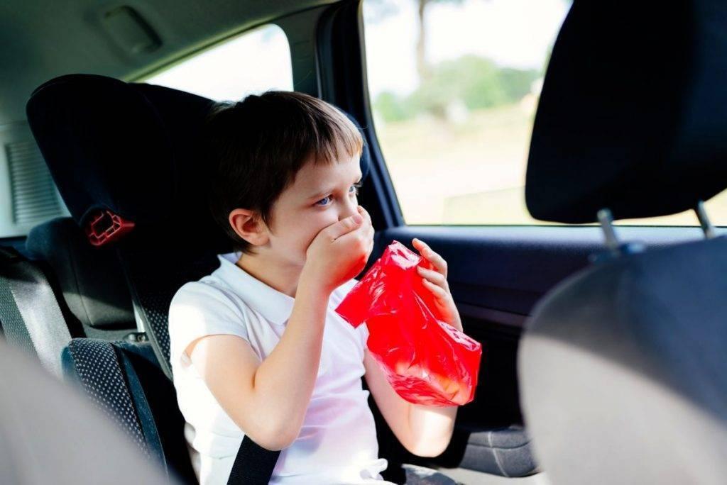 Ребенка укачивает в машине: что делать и почему это происходит?