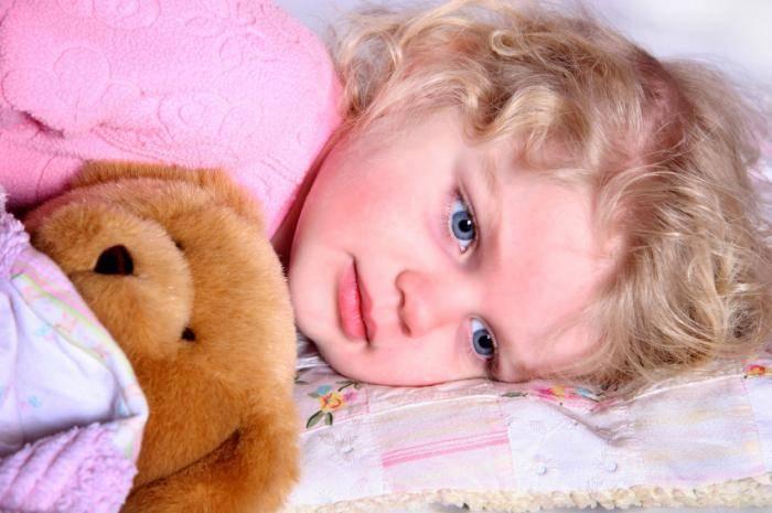 Почему ребенок спит с приоткрытыми глазами, что это значит: причины