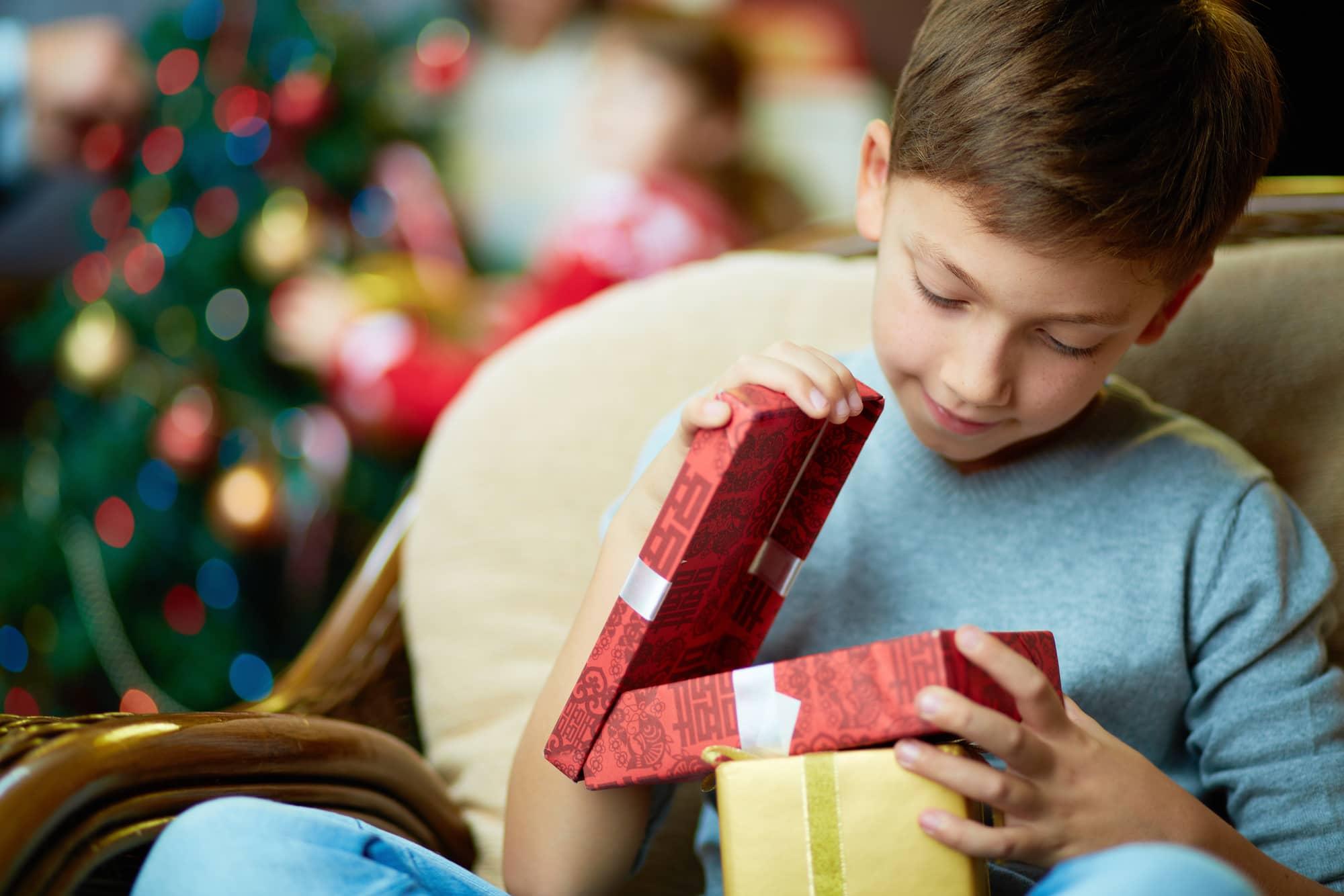 Что подарить мальчику на 7 лет: оригинальные и современные варианты