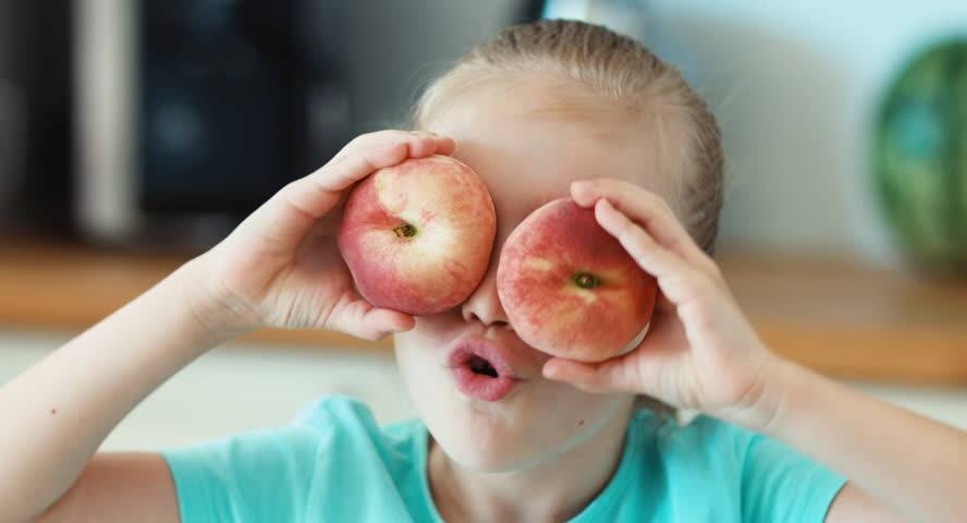 Ребенок проглотил косточку абрикоса или вишни-что делать?