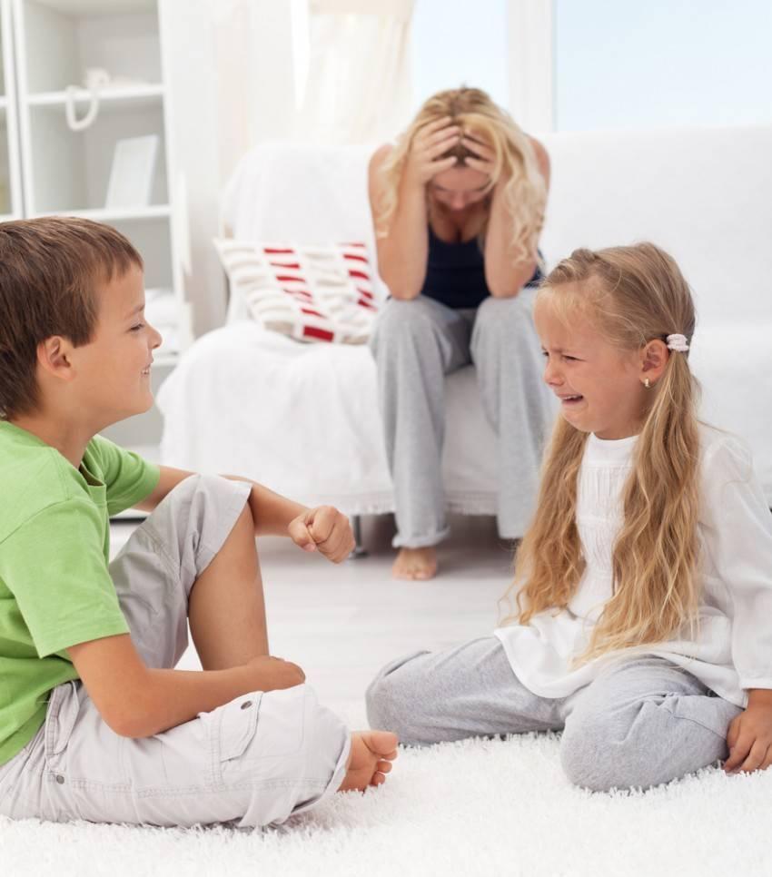 Детская ревность: как примирить старшего ребенка с младшим