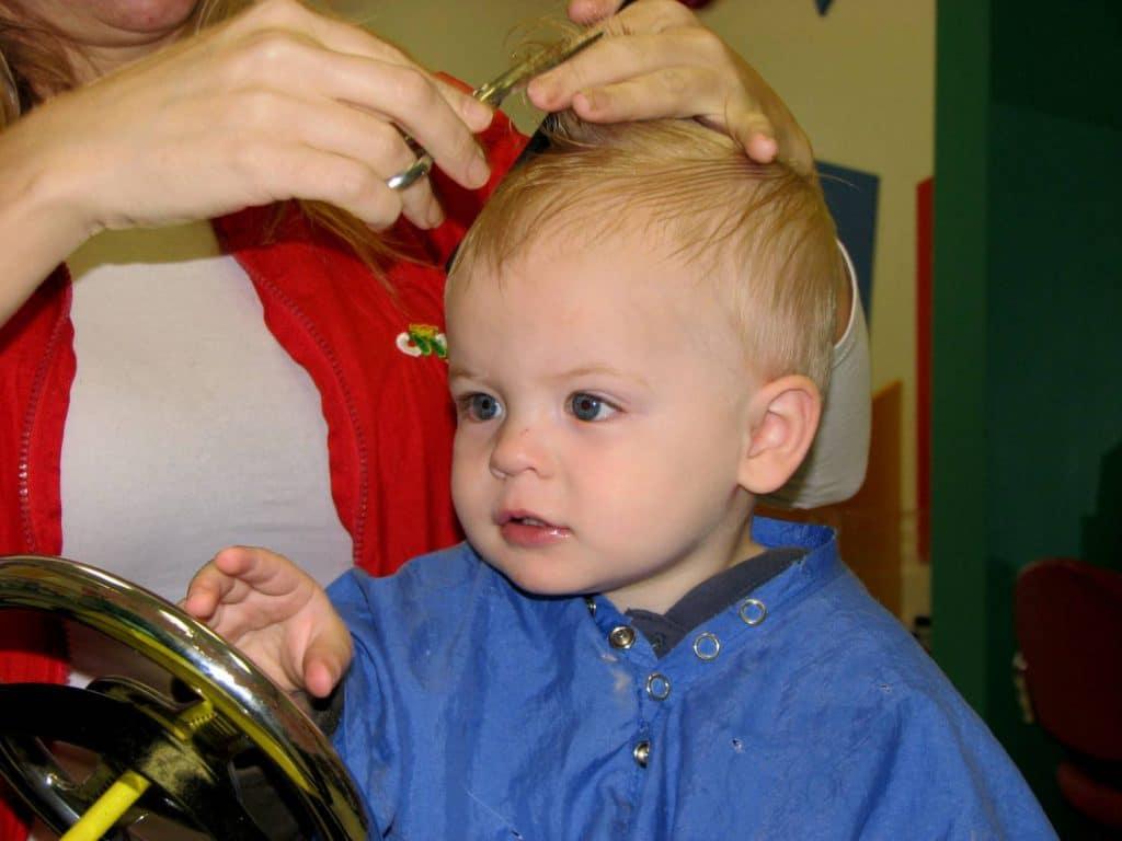 Когда можно стричь ребенка в первый раз?