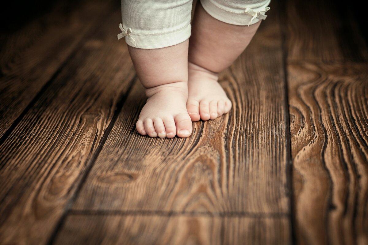 Когда можно ставить на ножки грудничка девочку или нужно ли ставить ребенка на ножки в 2, 3, 4, 5, 6 месяцев с поддержкой