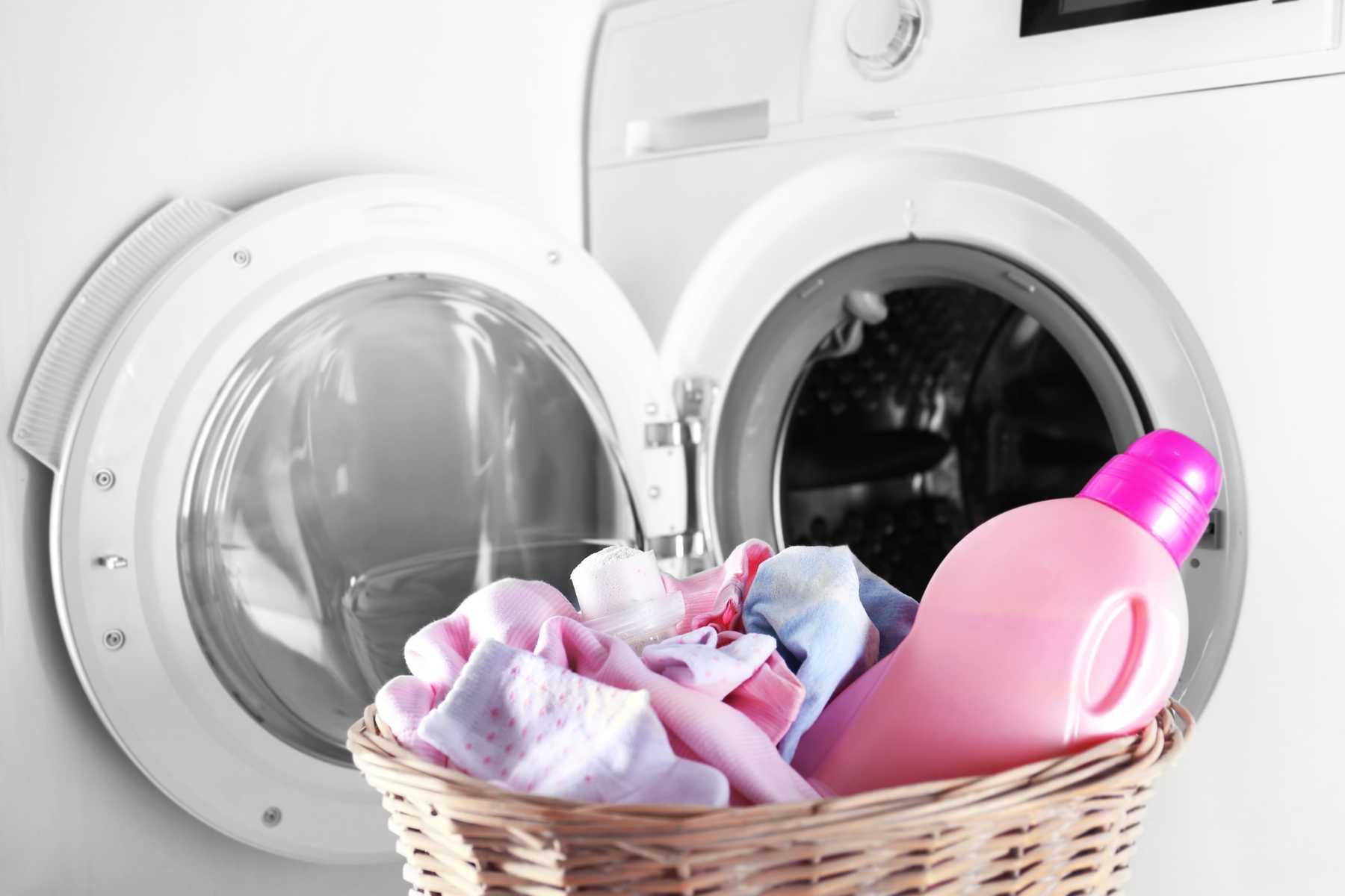 Чем стирать детские вещи для новорожденных: обзор средств