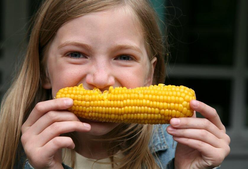 С какого возраста можно давать ребенку вареную кукурузу, чем она полезна? - wikidochelp.ru