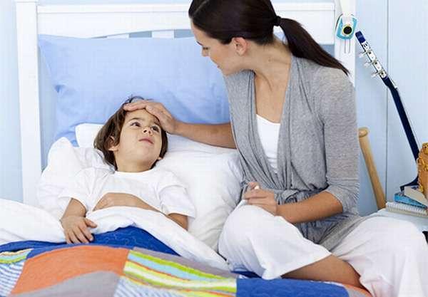 Как помочь ребенку при рвоте с желчью