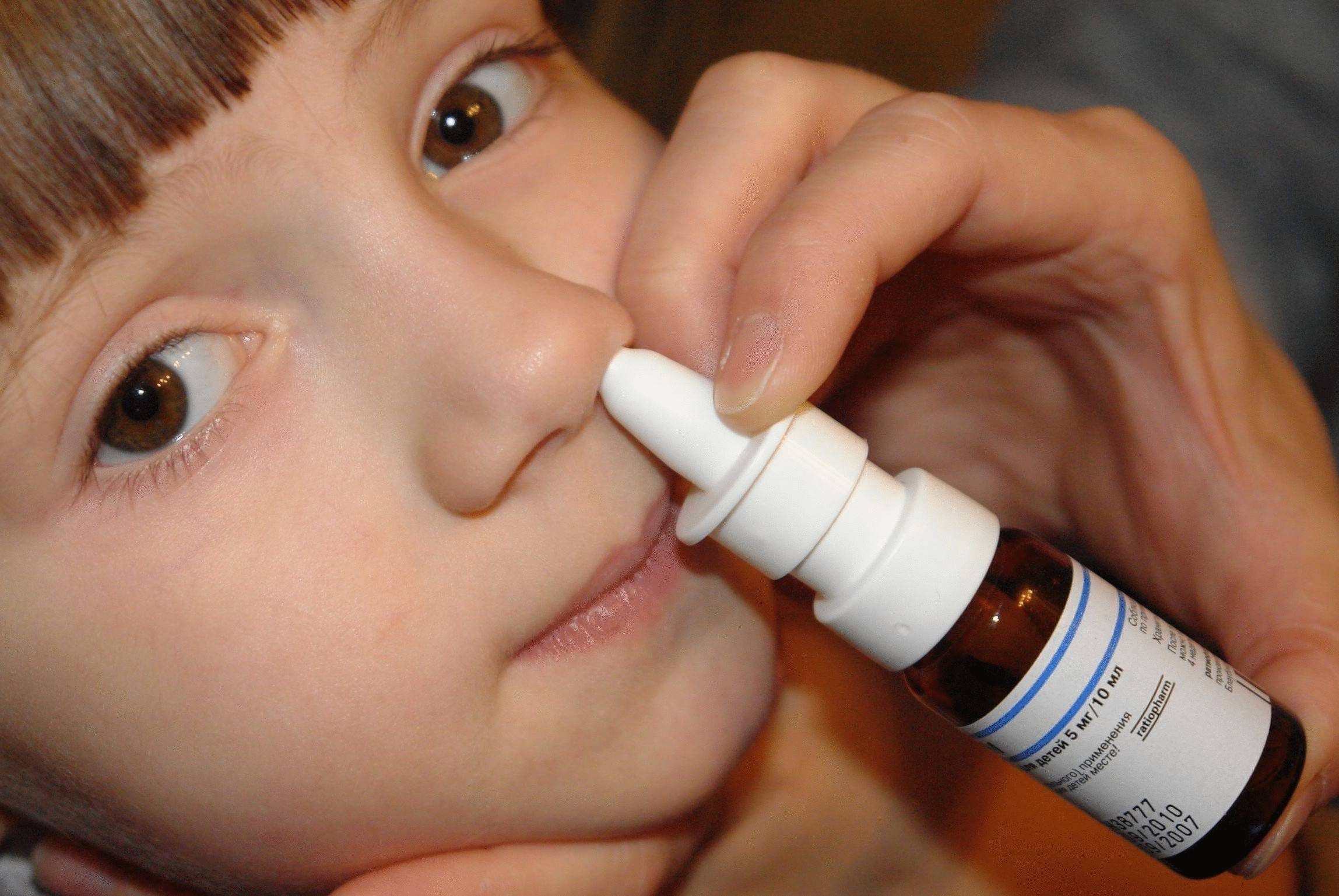 Заложило ухо, что делать: как лечить при насморке, причины у ребёнка после промывания носа