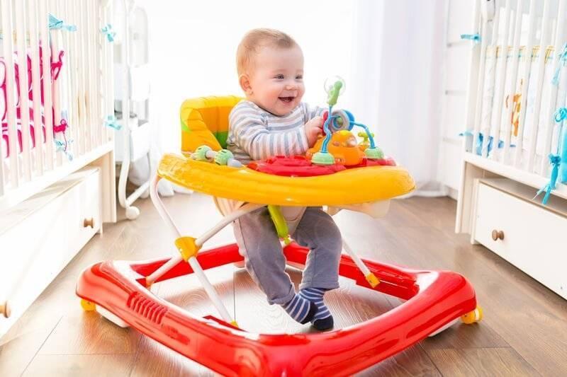 Ходунки для детей: со скольки месяцев можно сажать ребенка, польза или вред?