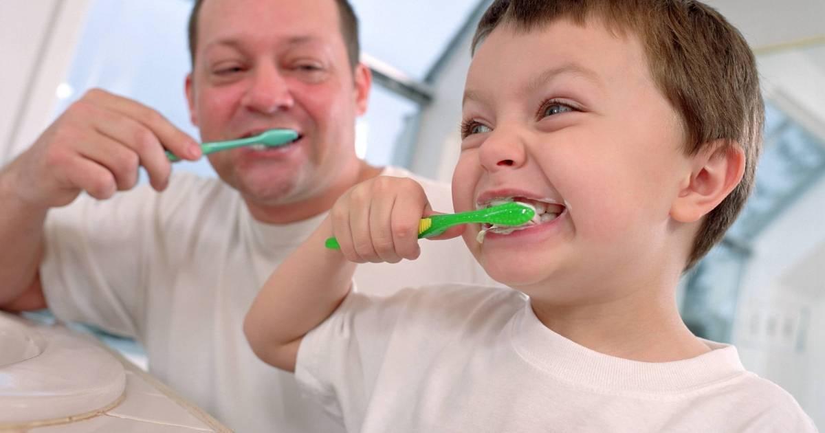 Когда начинать чистить зубы малышу, как научить ребенка в 1-2 года?