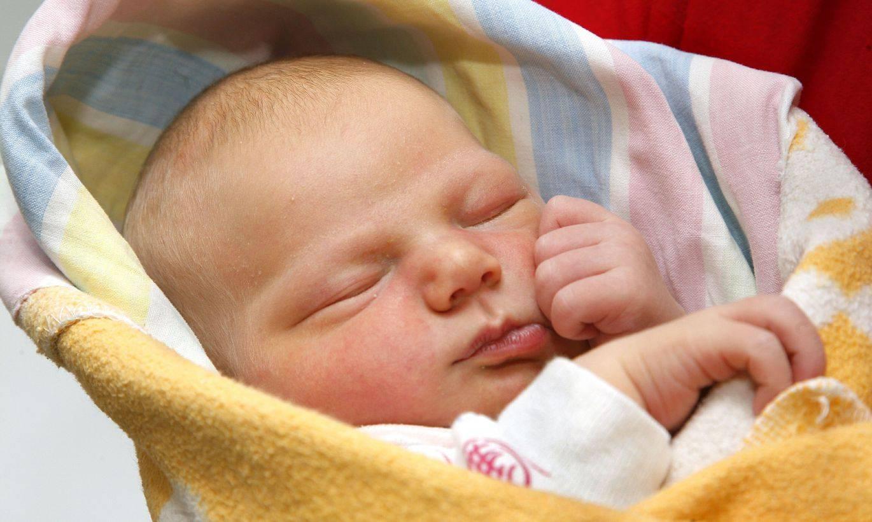 Почему новорожденный кряхтит и тужится во сне, после кормления (комаровский) | симптомы | vpolozhenii.com
