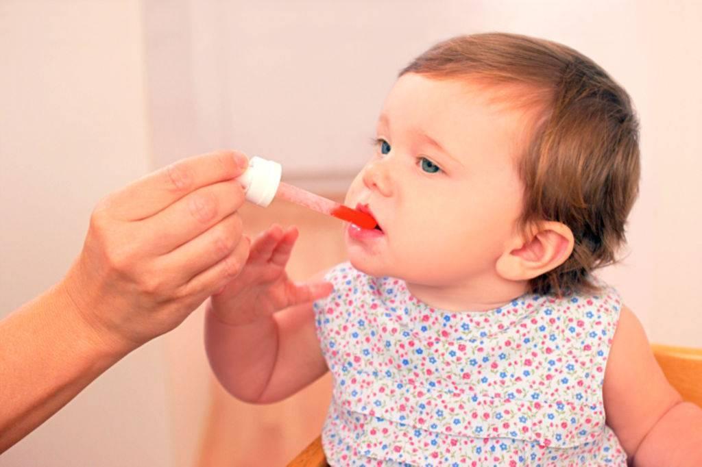 Как и чем лечить красное горло у ребенка грудничка