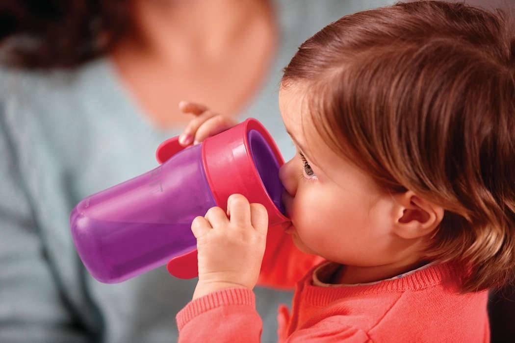 Пошаговая инструкция: когда и как научить ребенка пить из кружки самостоятельно?