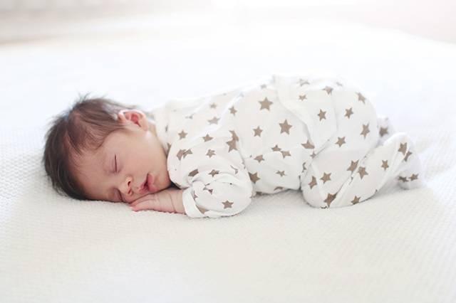 Сон на животе у новорожденных: польза и опасность