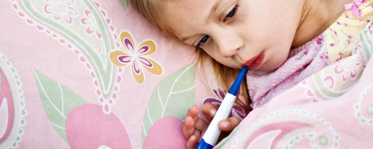 У ребенка болит живот, понос и температура 38-39: что это значит и что делать