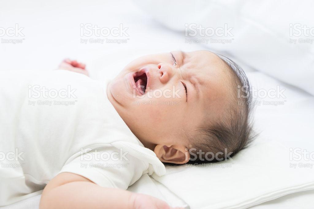 Ребёнок 6 месяцев плачет во сне: методы быстрой помощи и диагностика проблемы