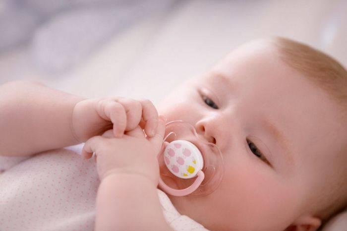 У трехмесячного ребенка текут слюни пузырями и кулак во рту