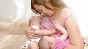 Лучшие позы для кормления новорожденных грудным молоком и лайфхаки, облегчающие этот процесс