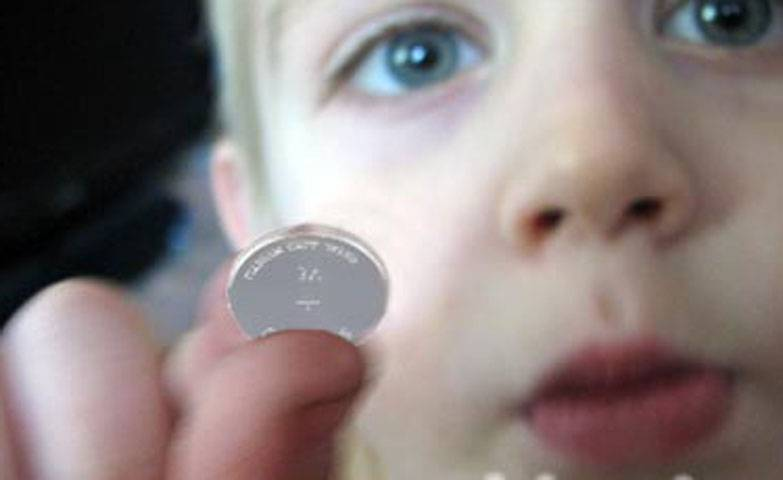 Ребенок проглотил батарейку таблетку: что делать и как помочь?