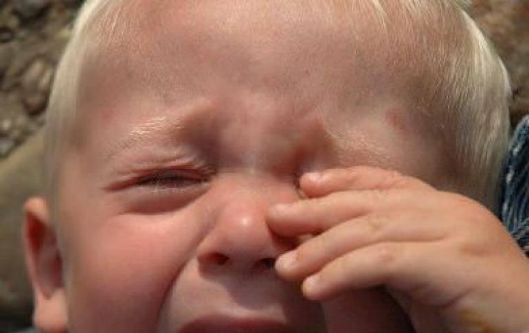 Ребенок чешет ухо во время кормления. почему ребенок чешет ухо