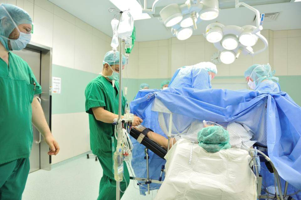 Экстренное кесарево сечение: каковы показания, как происходит операция?