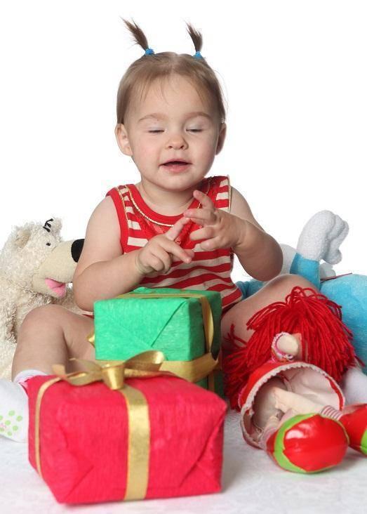 Что подарить ребенку на год: выбираем полезный подарок для мальчика и девочки