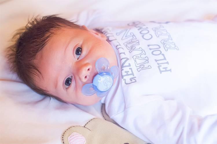 Новорожденный спит с пустышкой: можно ли оставлять ее ночью и что советуют врачи, а также каковы последствия для грудничка, если продолжать давать ему соску?