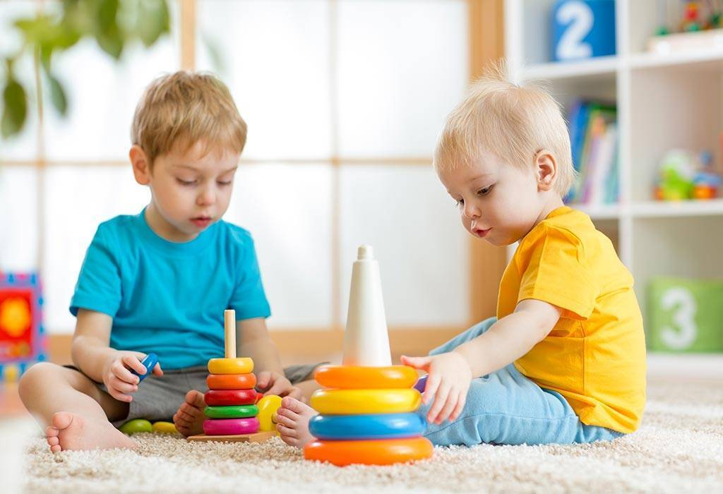 С какого возраста ребенок начинает собирать пирамидку | уроки для мам
