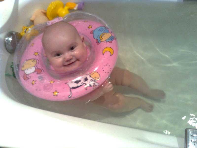 Приучаем к водным процедурам: как купать ребенка с кругом на шее?