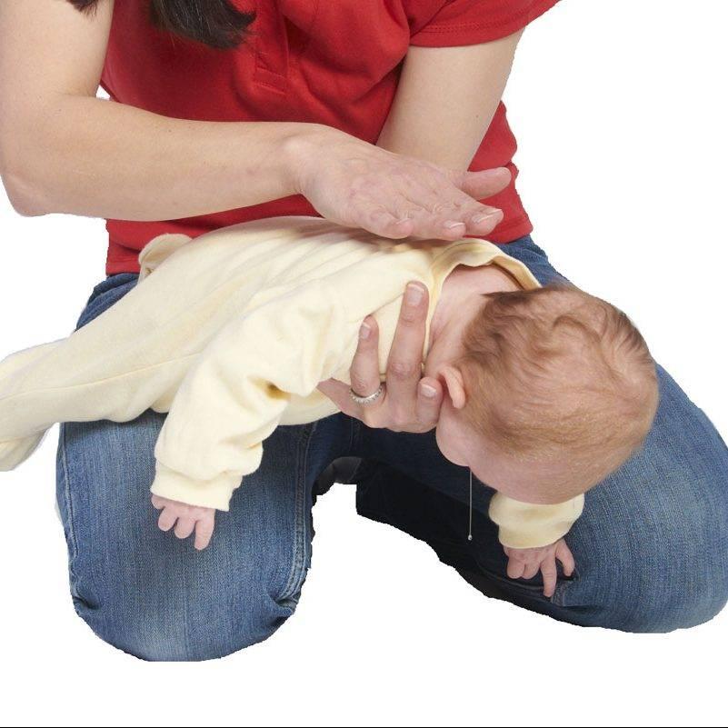 Что делать, если ребёнок подавился и задыхается: первая помощь новорождённому  видео