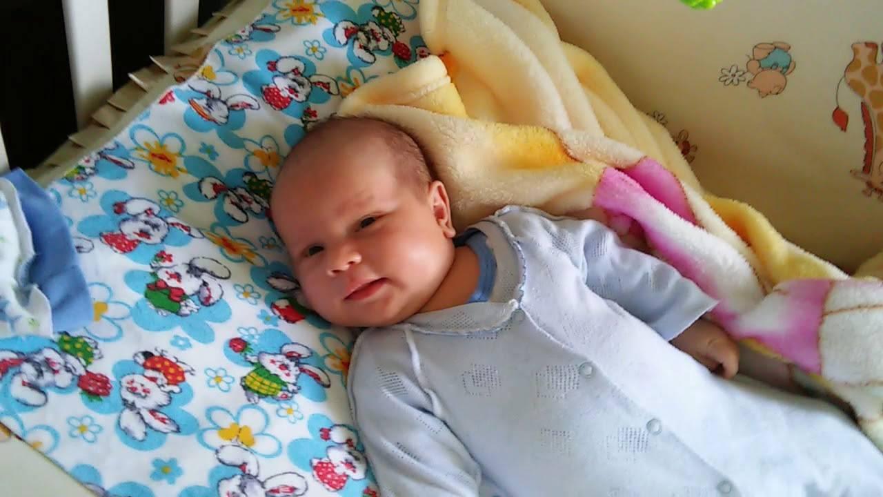 Почему новорожденный кряхтит и тужится во сне, после кормления (комаровский)