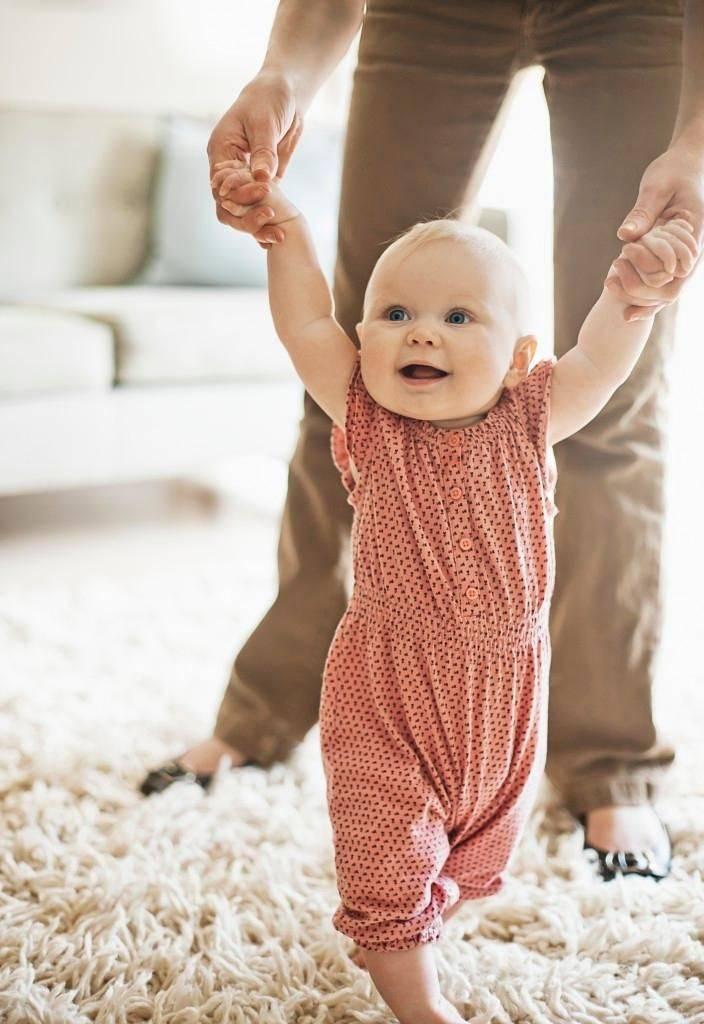Ребенок не хочет ходить сам: как научить?
