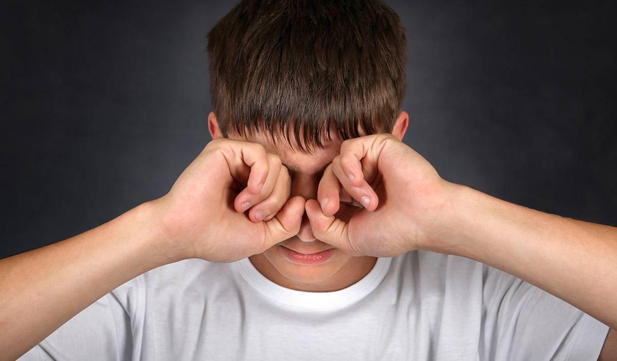 Что делать, если грудничок постоянно трёт глазки и носик: как определить причину