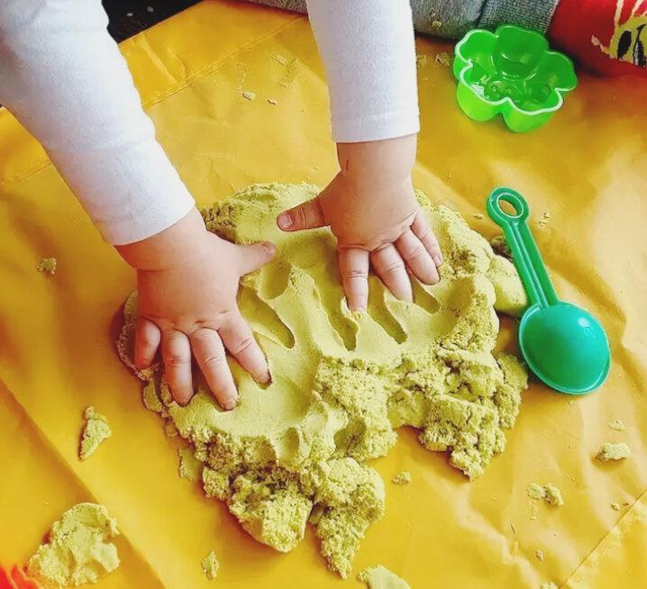 Детский кинетический нерассыпающийся песок для лепки: что это такое и в чем отличия от других видов? волшебный мир. космический пластичный песок