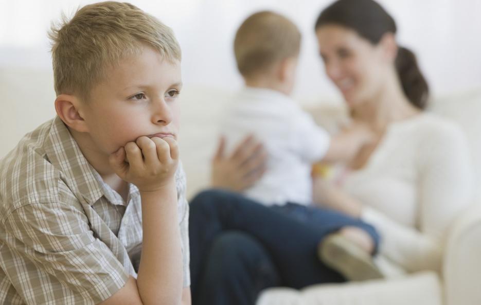 Ревность старшего ребенка к новорожденному: причины, что делать?