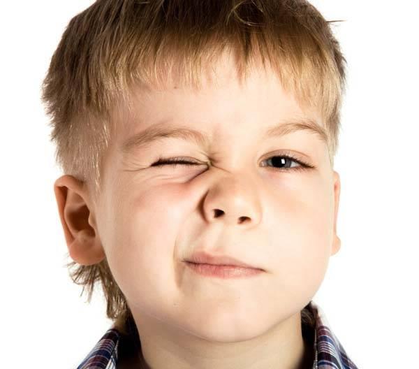 Почему ребёнок часто моргает глазами: причины и лечение