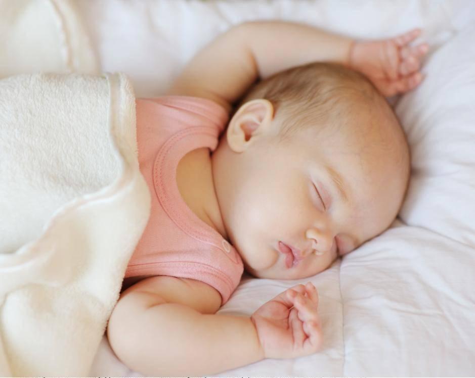 Почему ребенок спит с приоткрытыми глазами, какие могут быть причины?
