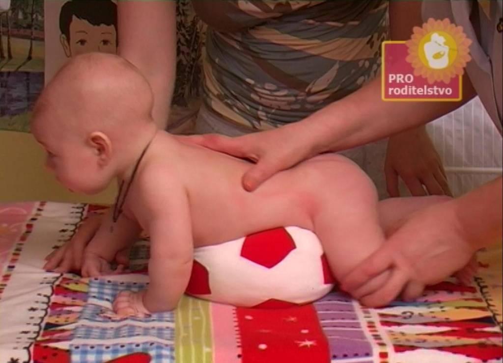 Ребенку 9 месяцев не ползает и не встает на ножки: когда должен начинать и как научить