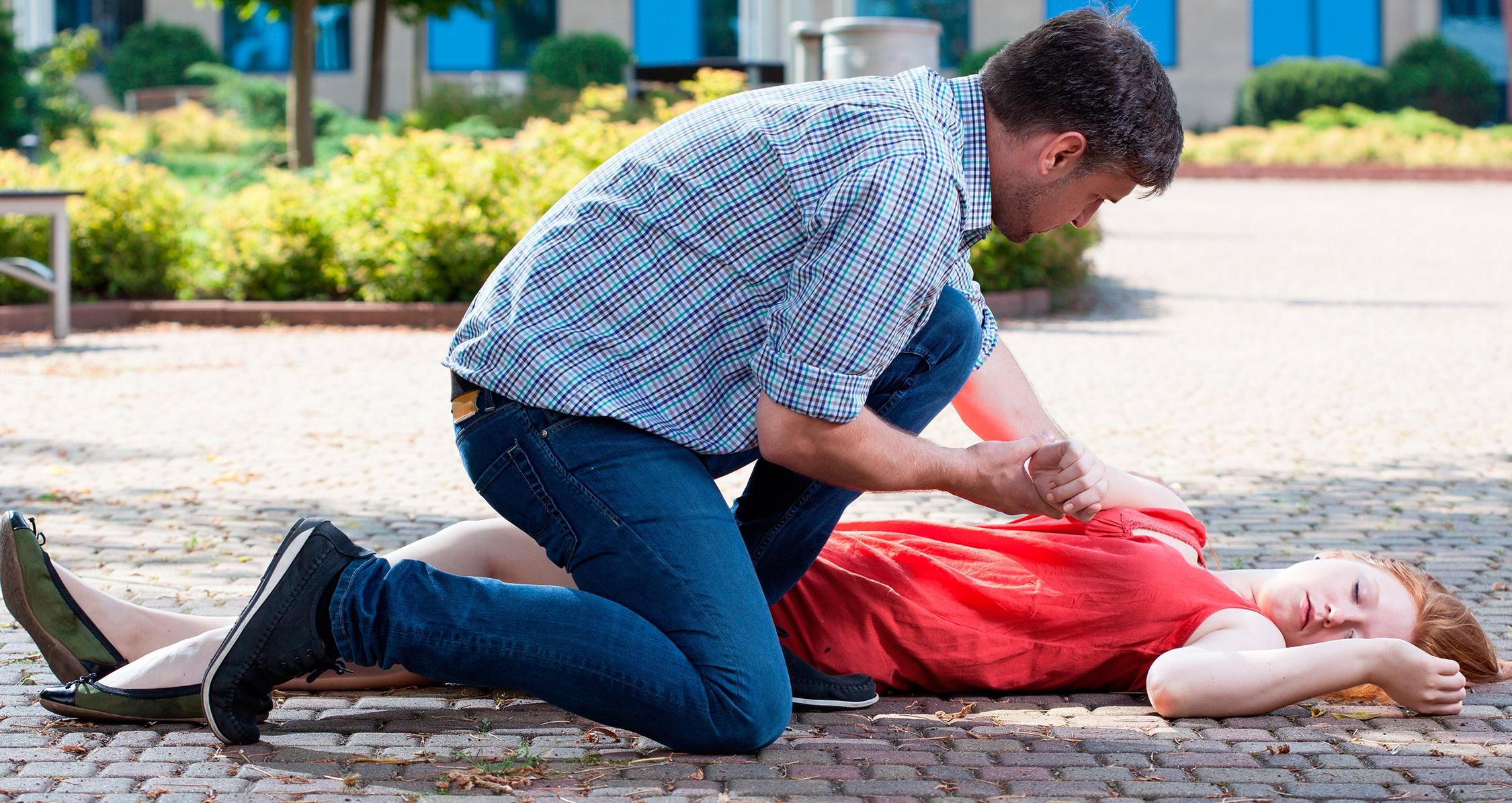 Потеря сознания ребенком - причины, первая помощь