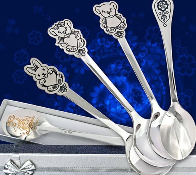Зачем дарят серебряную ложку на первый зуб