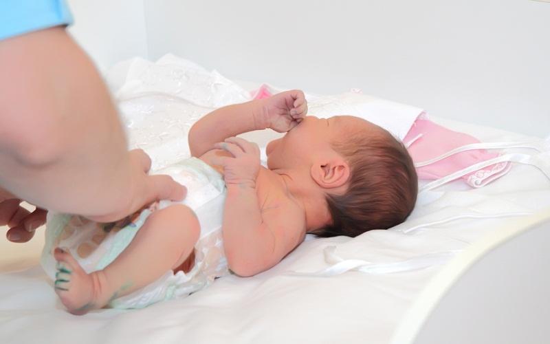 Выделения у новорожденной девочки: кровянистые, белые и слизистые - добрый доктор