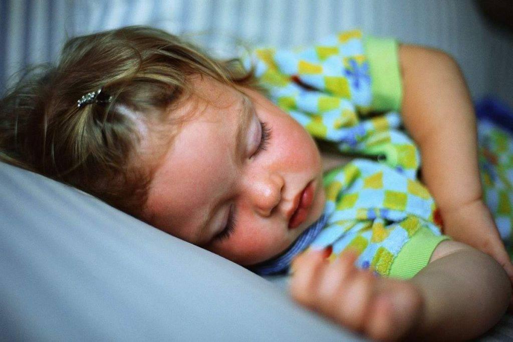 Ребенок закатывает глаза – причины, что делать