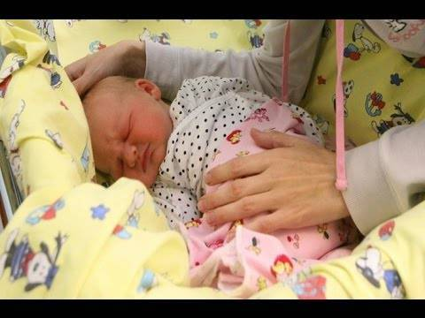 Прогулки с новорожденным: когда и сколько?