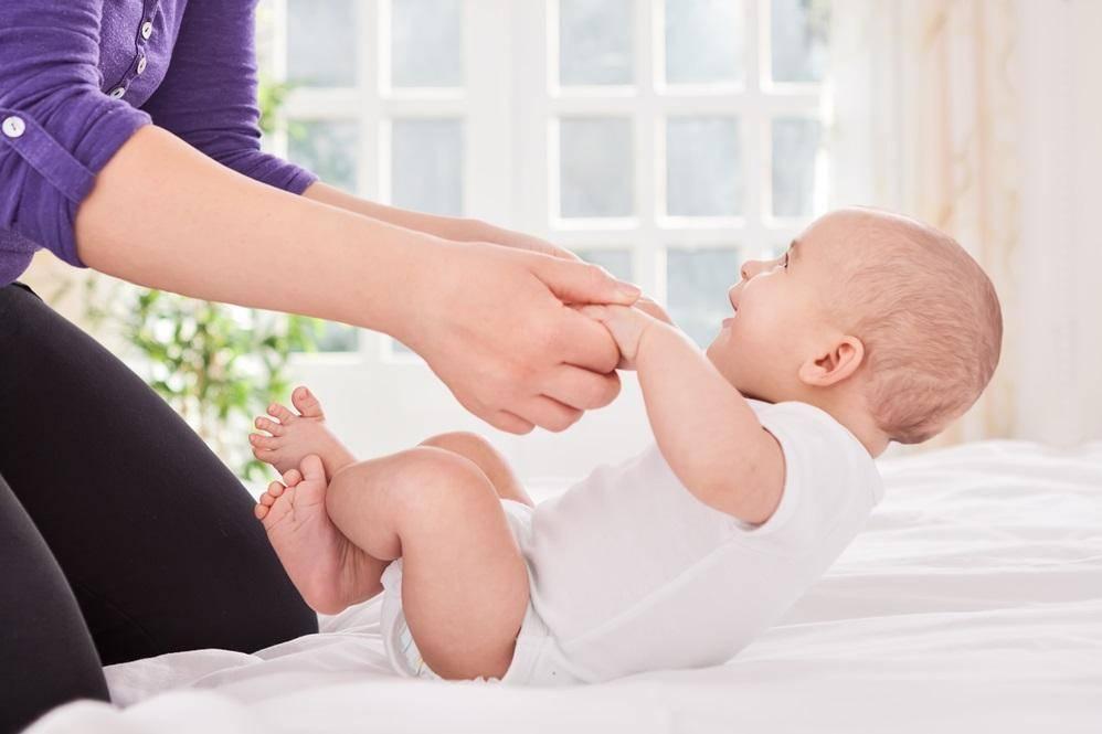 Нужно ли беспокоиться, если ребенок не переворачивается в 5 месяцев