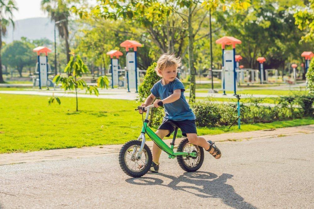Как научить ребенка кататься на двухколесном велосипеде в 3-6 лет (видео)