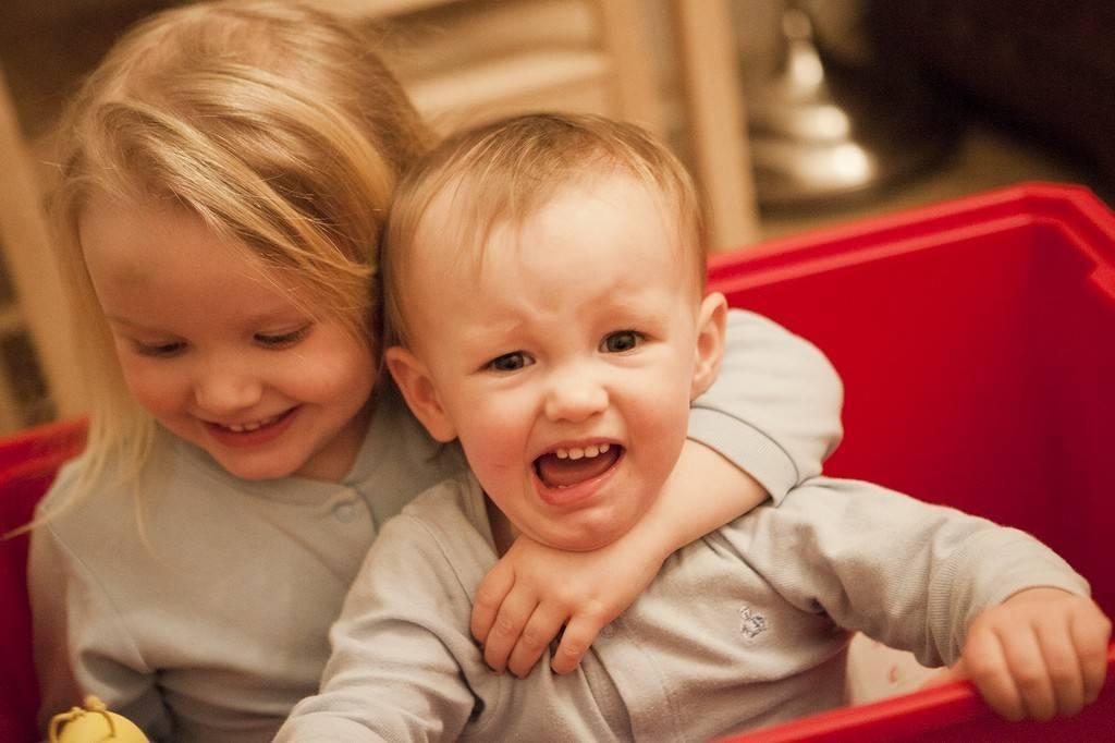 Дети-погодки: как справиться одной