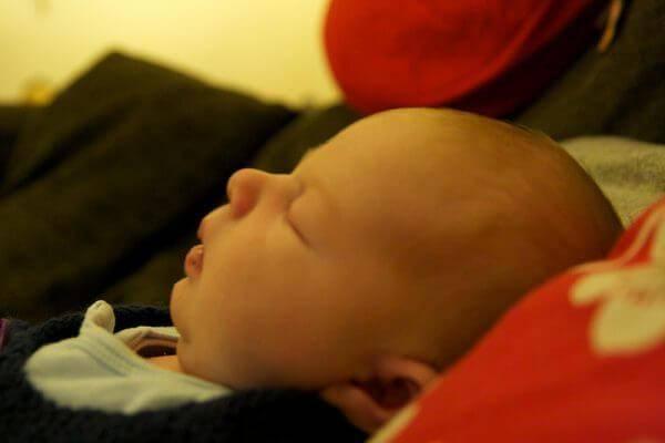 Почему новорождённый спит с открытым ртом: есть ли повод для беспокойства при таком способе сна